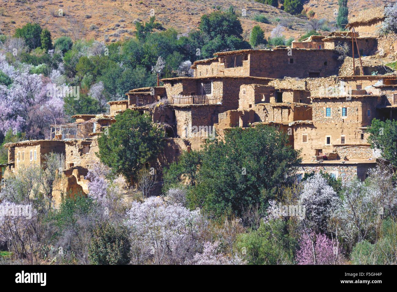 Village dans les montagnes du Haut Atlas, au Maroc. Photo Stock