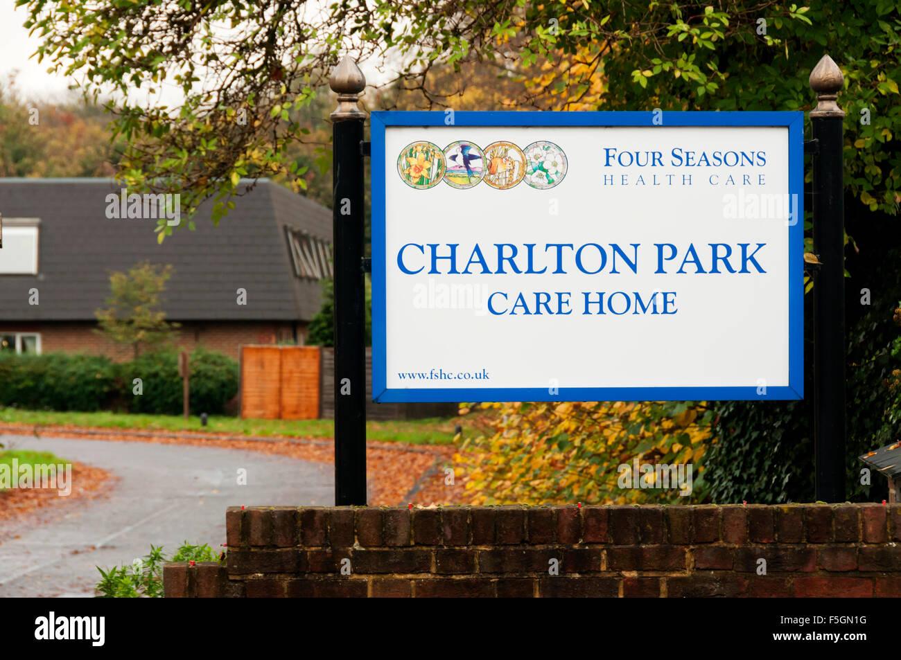 Panneau à l'entrée de Charlton park home run Soins quatre saisons par les soins de santé. Photo Stock