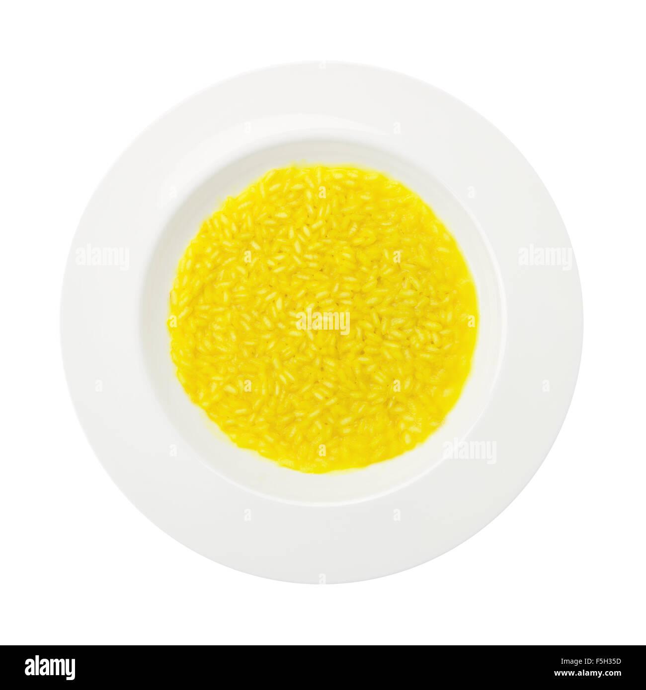 Recette traditionnelle de riz safrané sur une plaque ronde isolé sur fond blanc Photo Stock