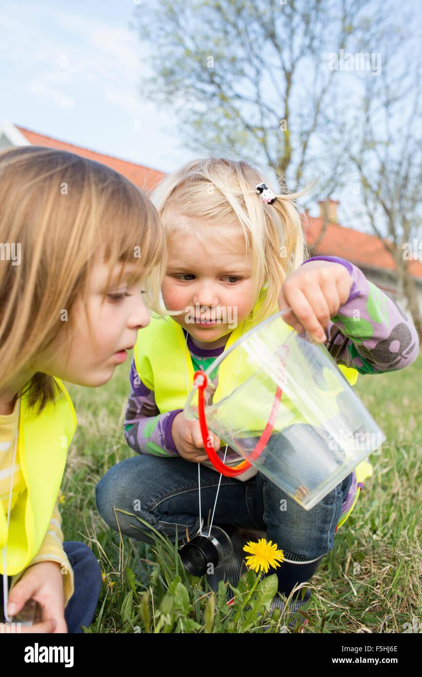 La Suède, Vastergotland, Olofstorp, Tence, les enfants de maternelle (2-3, 4-5) jeux en plein air Photo Stock