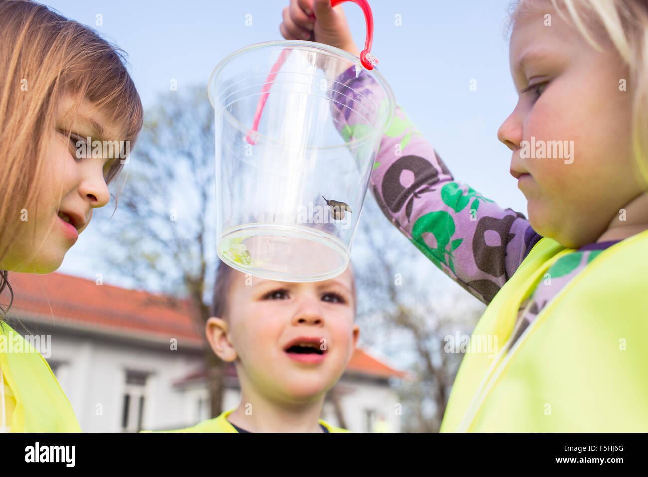 La Suède, Vastergotland, Olofstorp, Tence, les enfants de maternelle (2-3, 4-5) l'apprentissage en plein Photo Stock