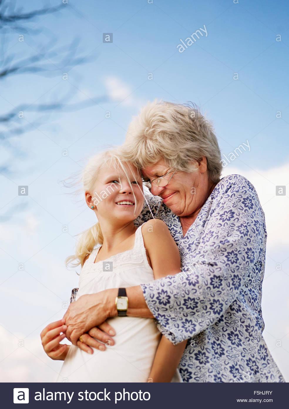 Le Danemark, Portrait de grand-mère embrassant sa petite-fille (10-11) Photo Stock