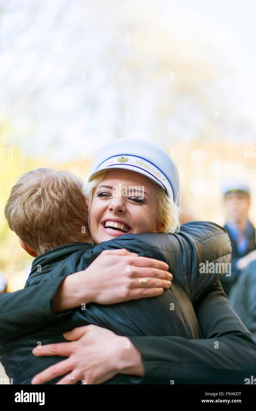 La Suède, l'Uppland, Stockholm, jeune femme en pac traditionnelle célébration dernier jour de Photo Stock