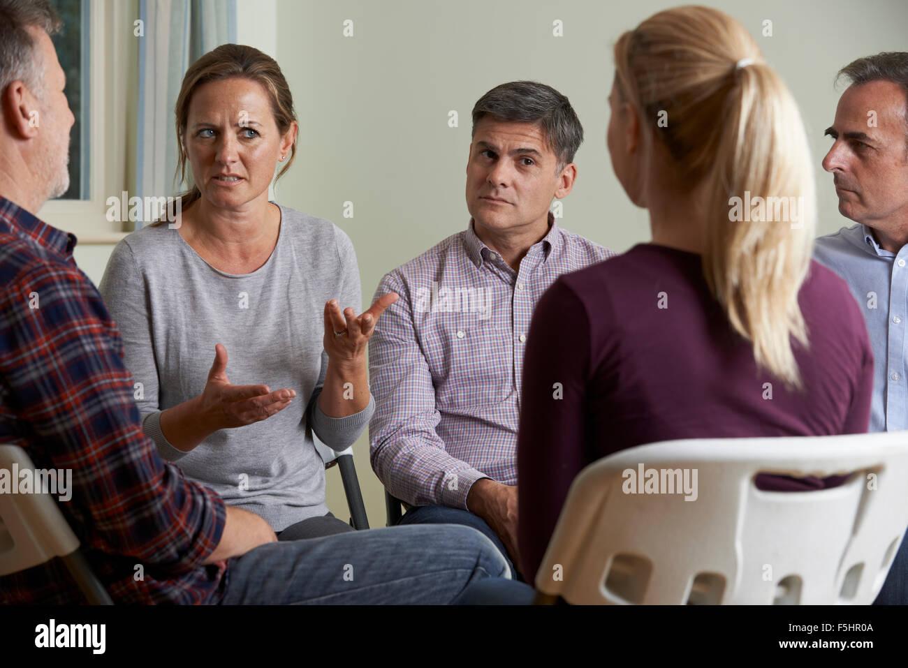 Les membres du Groupe de soutien assis dans des chaises de réunion ayant Photo Stock
