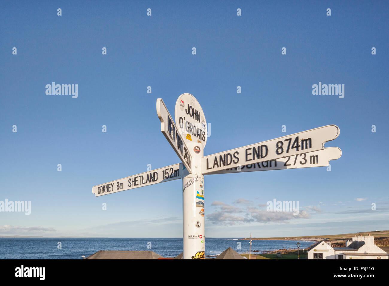 Panneau routier à John O' Groats, la plus au nord-est de la Grande-Bretagne point habité. Photo Stock