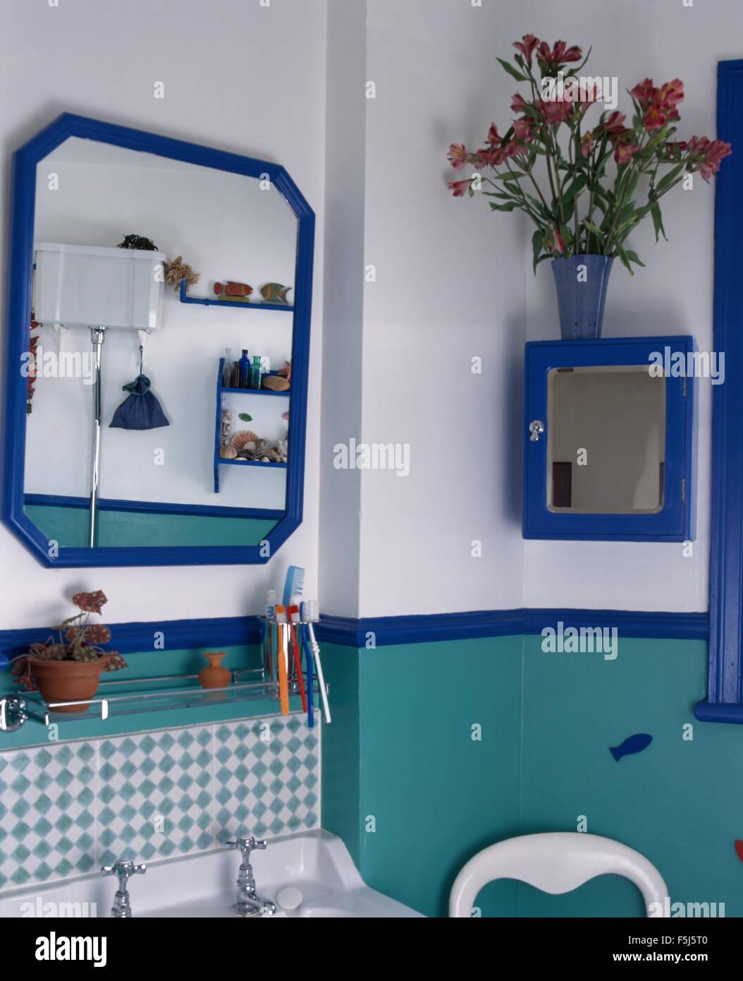 Miroir au-dessus de bassin en turquoise et blanche style ...