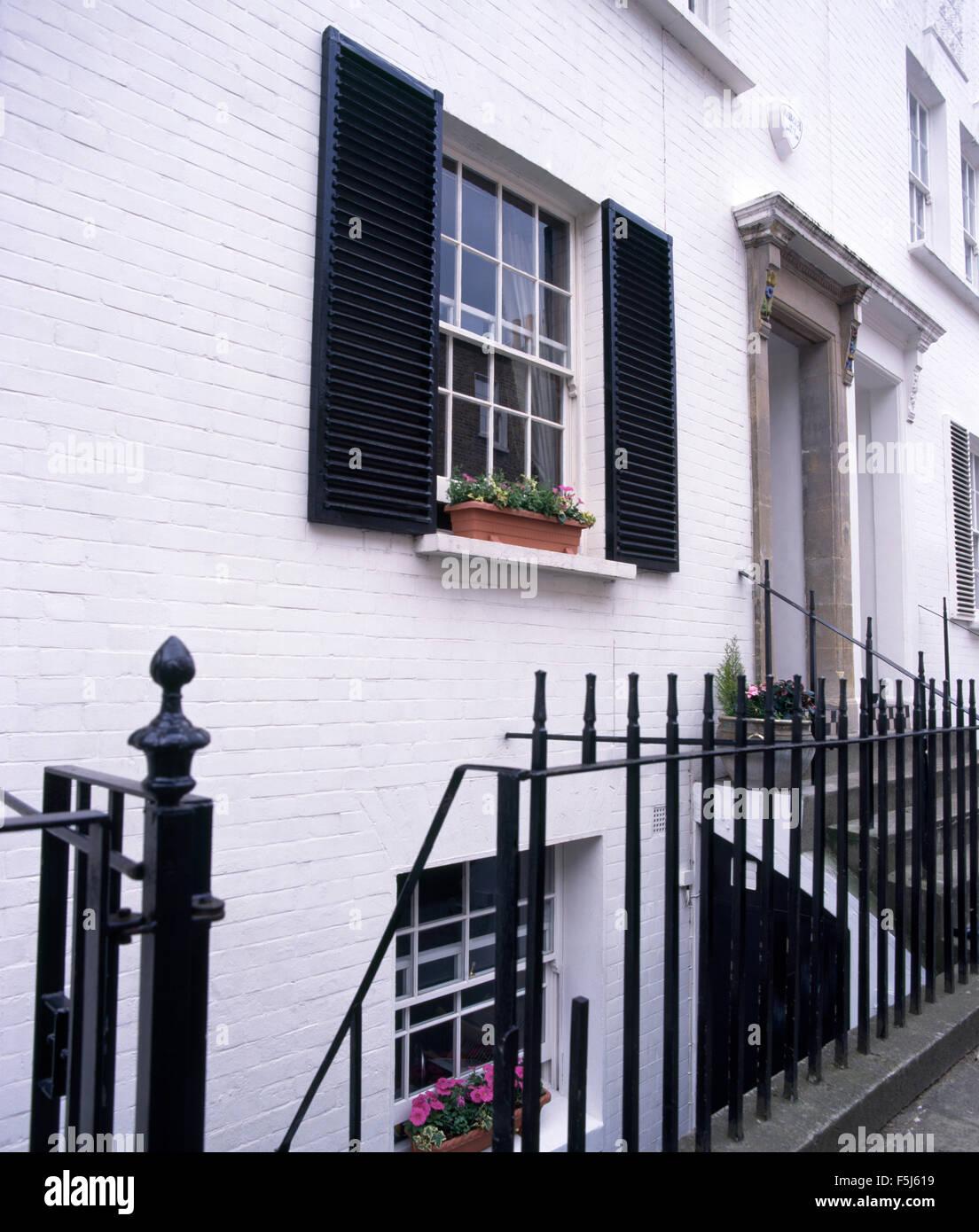 Maison Peinte En Blanc Exterieur extérieur d'une maison nouvellement peint en blanc avec des