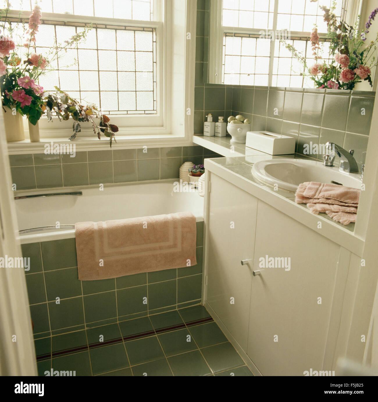 Tapis rose sur baignoire dans une salle de bains au ...