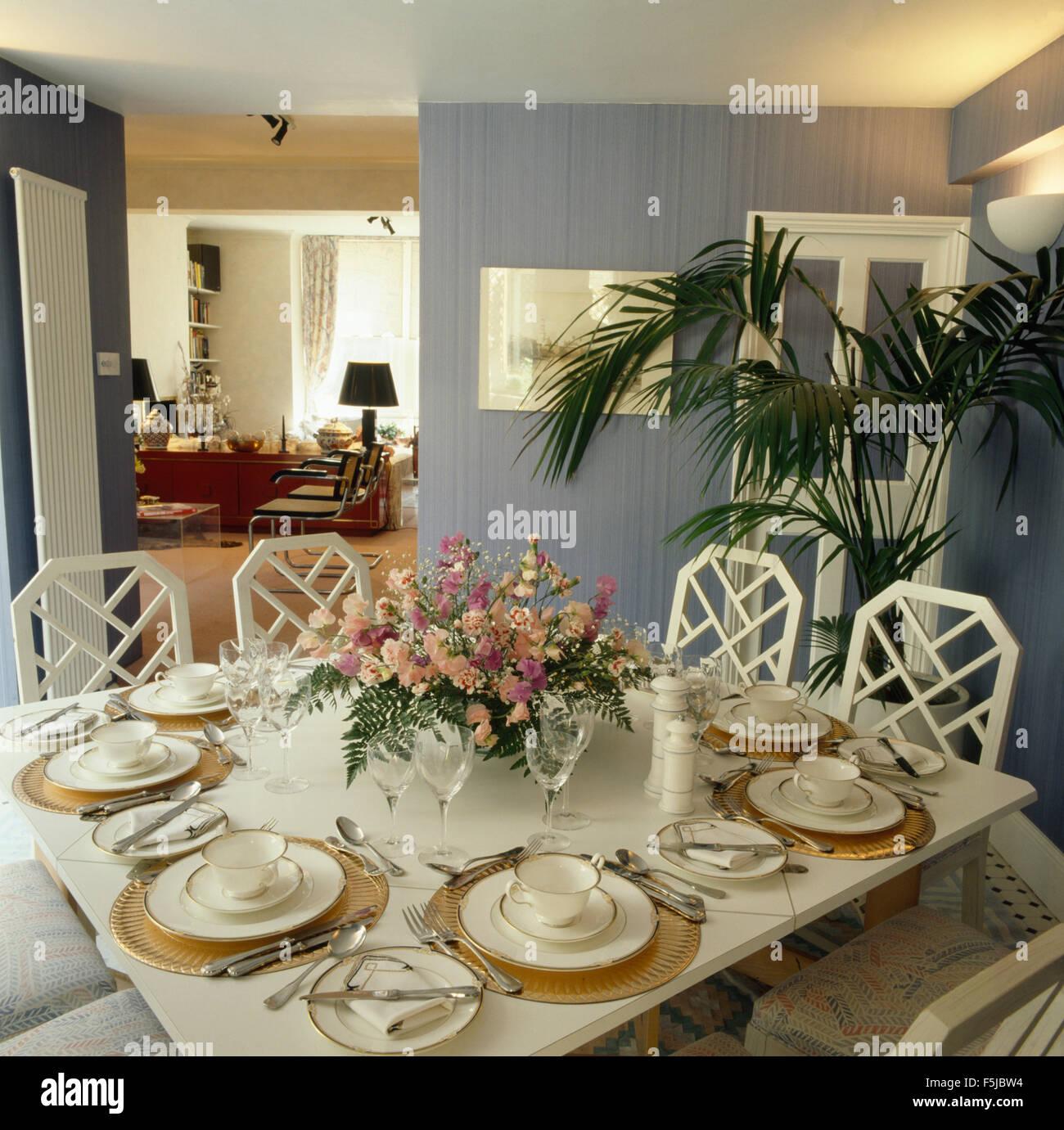 Arrangement De Fleurs Sur La Table Pour Déjeuner Dans Une Salle à Manger  Années 80 Bleu