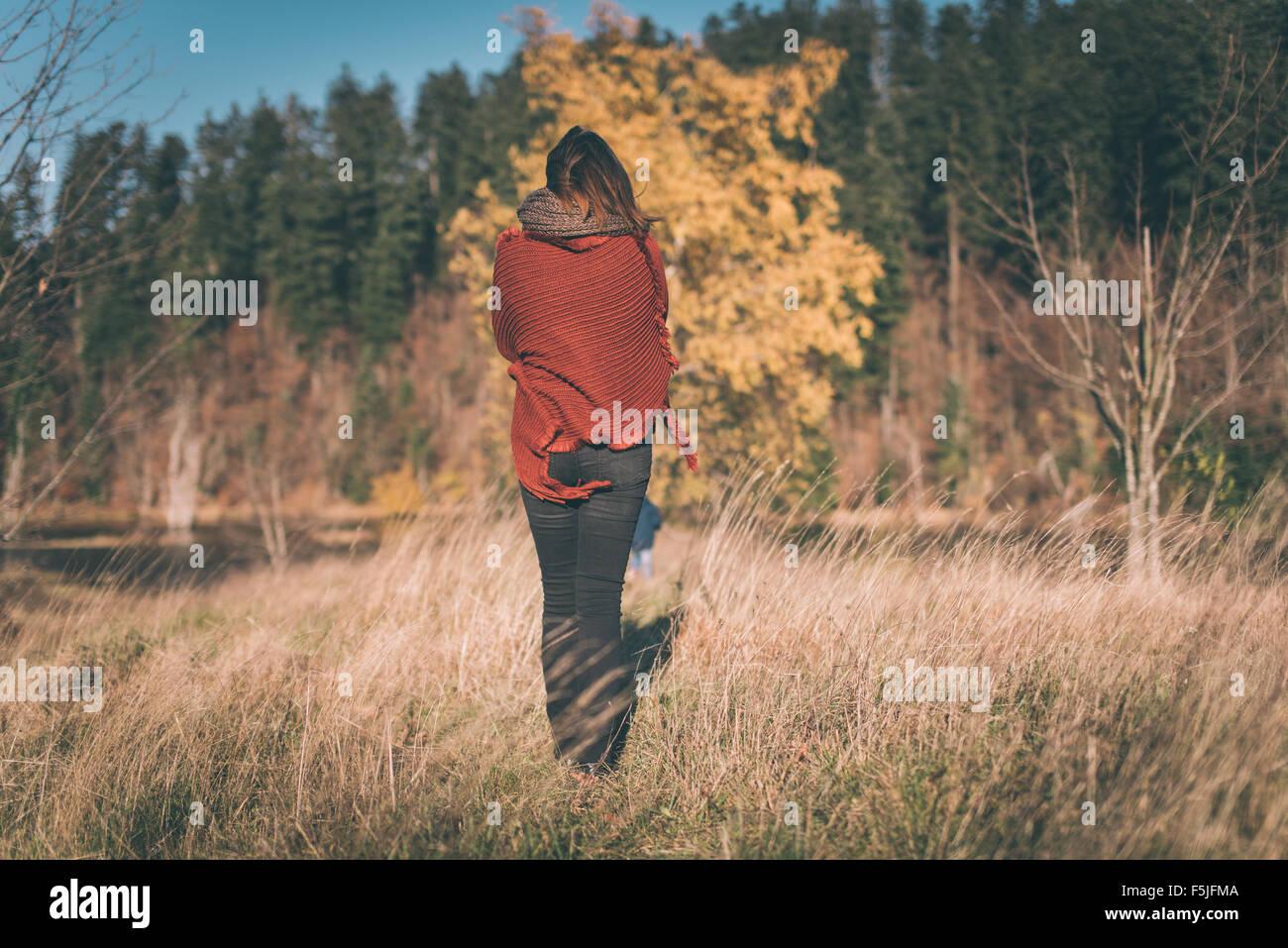 Femme dans la nature jouit de la vue Photo Stock
