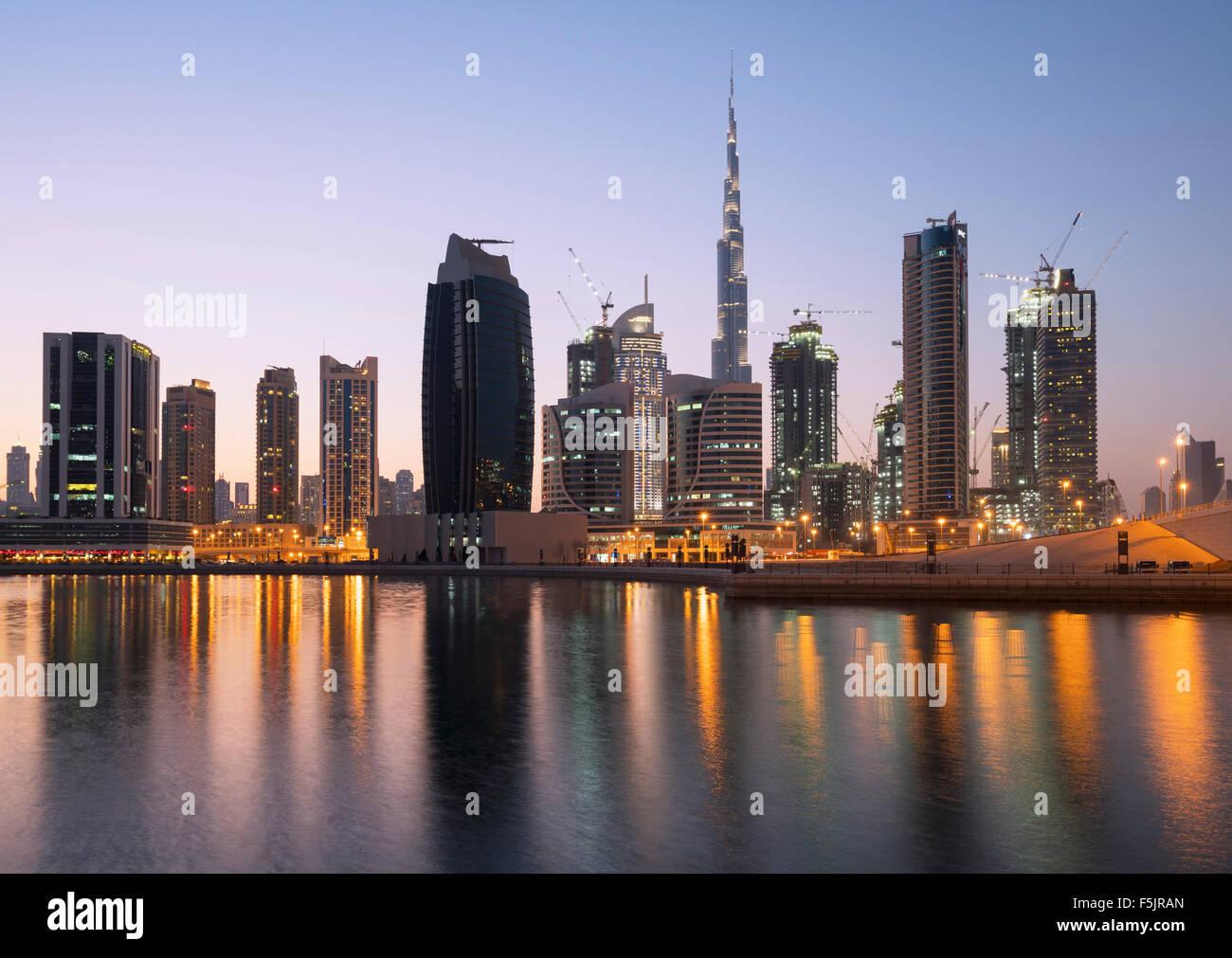 Skyline de tours reflété dans le ruisseau au crépuscule dans la baie d'affaires à Dubaï Photo Stock
