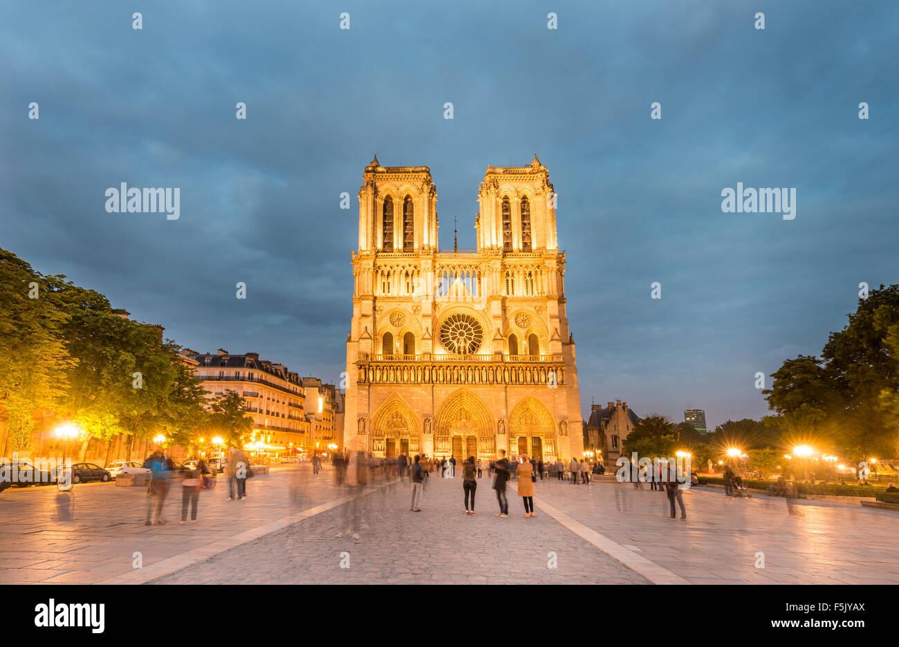 La Cathédrale Notre Dame, au crépuscule, en intérieur, façade ouest, l'Ile de la Cité, Photo Stock