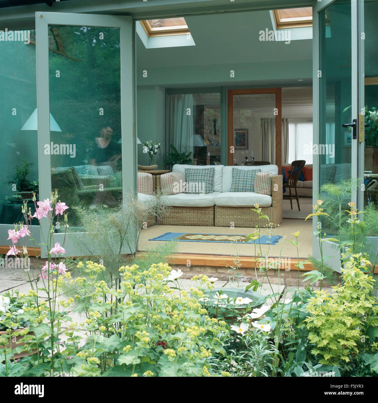 Vue du jardin de l\'osier canapé dans salon turquoise pâle ...