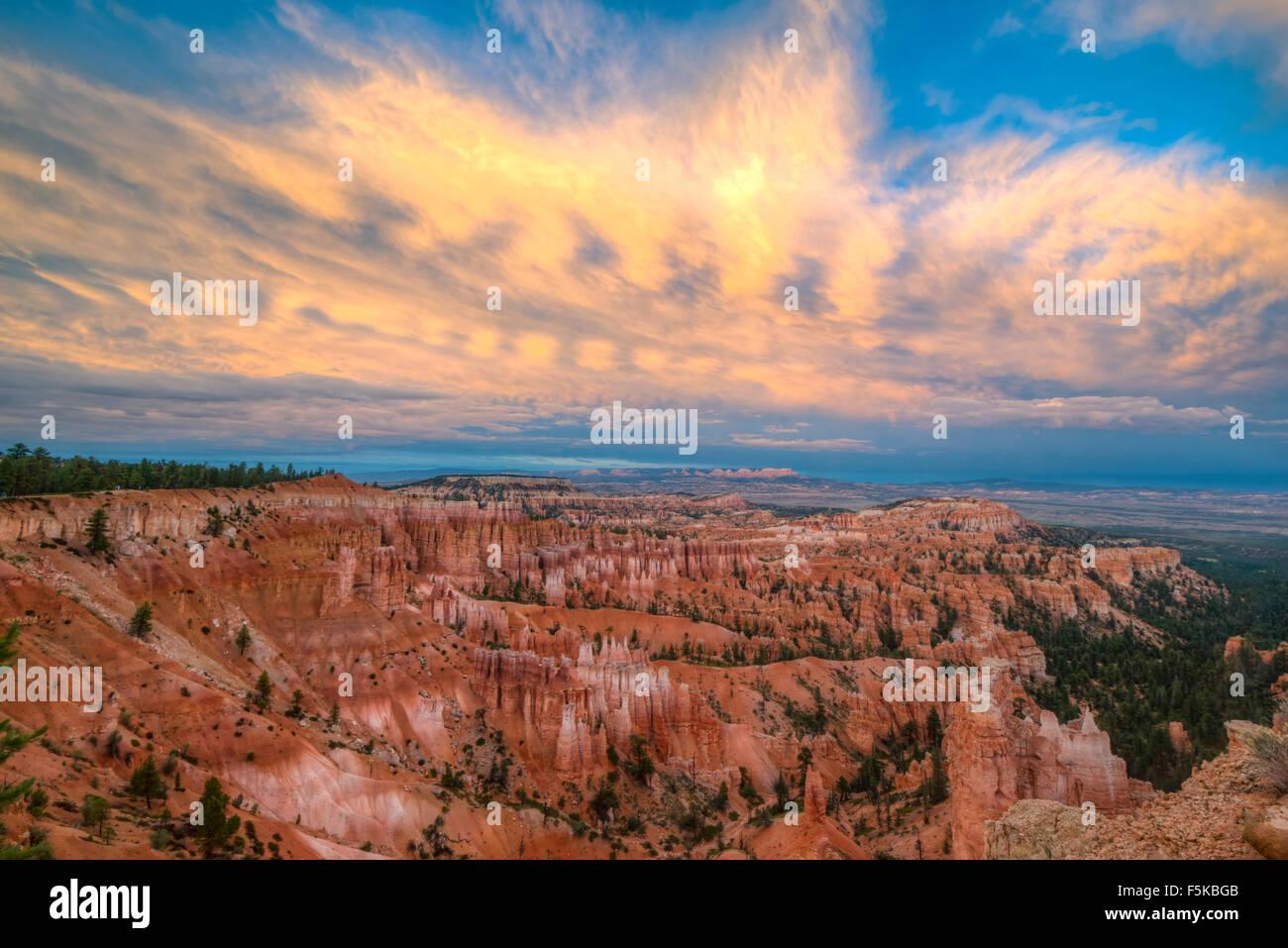 Sunset Point de vue, le Parc National de Bryce Canyon, Utah, pinacles calcaires Wasatch et coucher de soleil nuages Photo Stock
