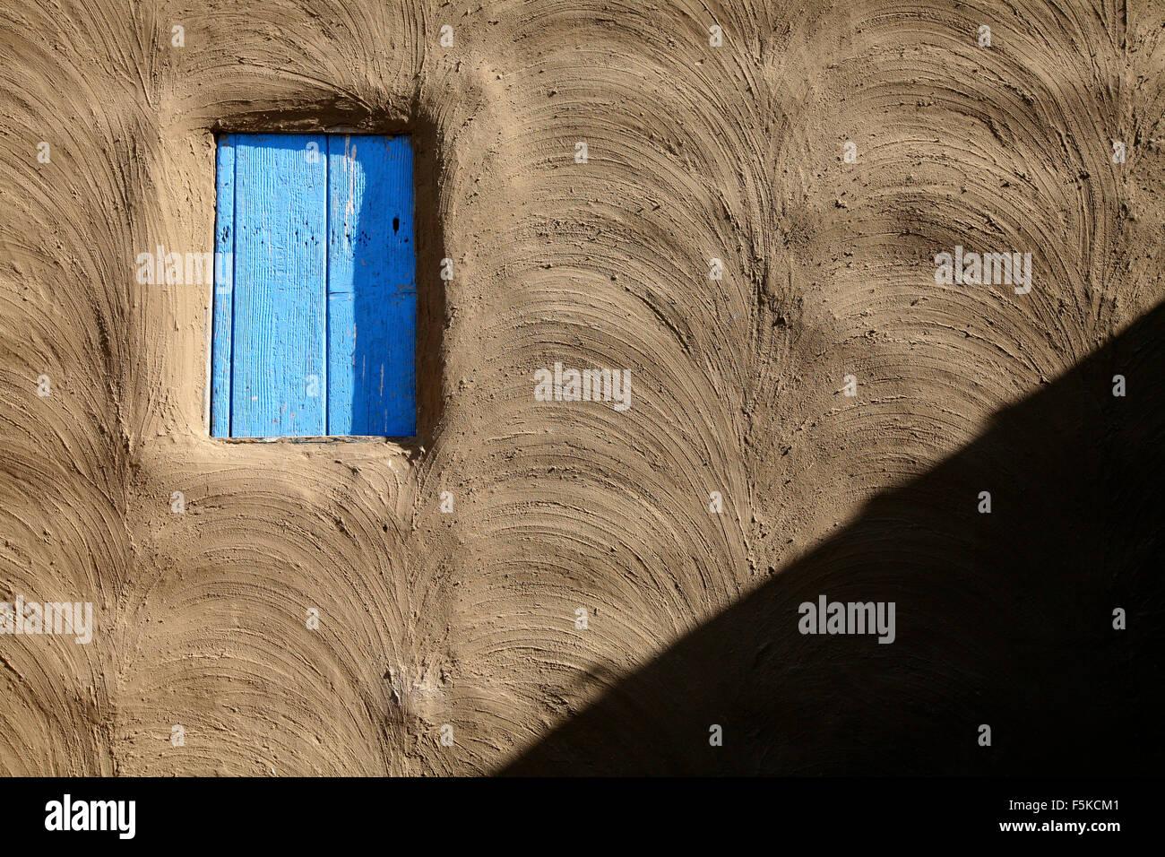 Mur En Terre Avec Fenêtre Bleu Banque Dimages Photo Stock