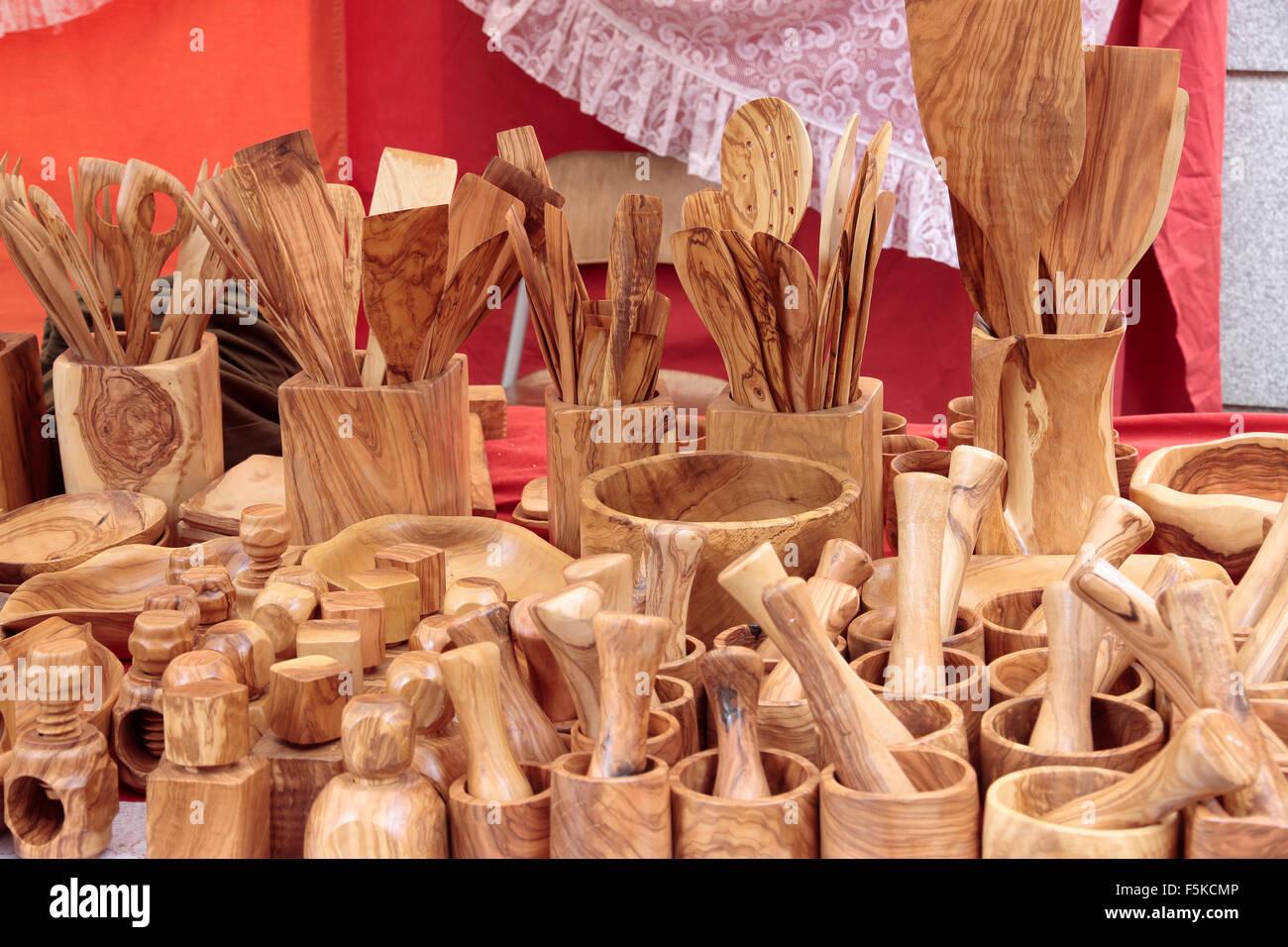 Avant-garde de plusieurs casseroles sculpté en bois d'olive Banque D'Images