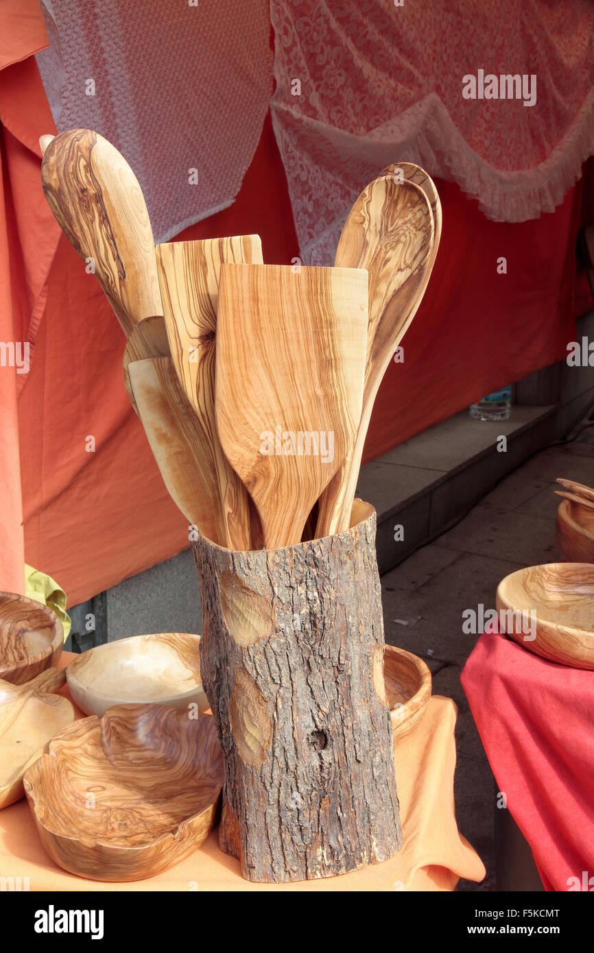 Avant-garde de plusieurs casseroles sculpté en bois d'olive Photo Stock