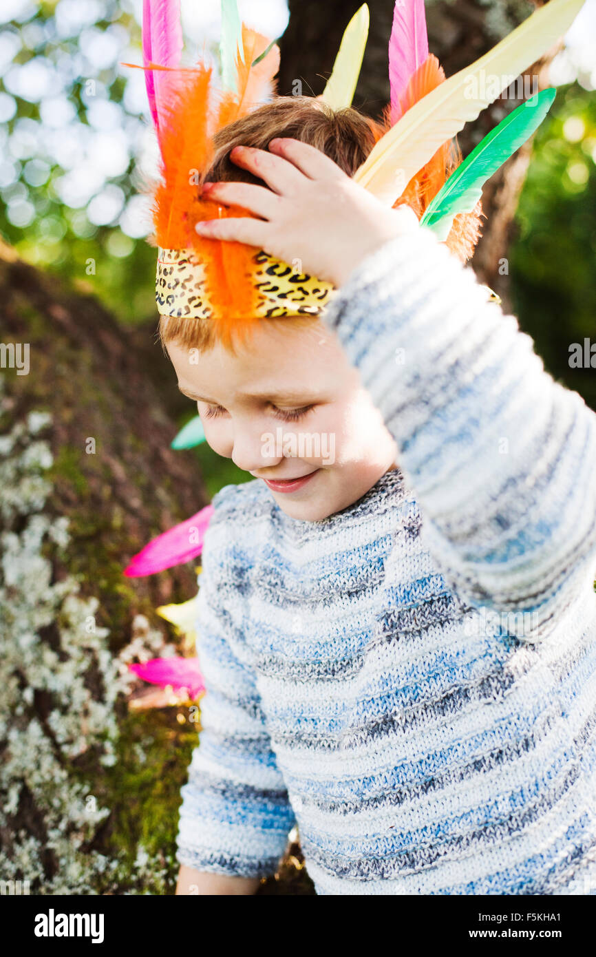 La Suède, Strangnas, Sodermanland, Boy (4-5) wearing plume Photo Stock