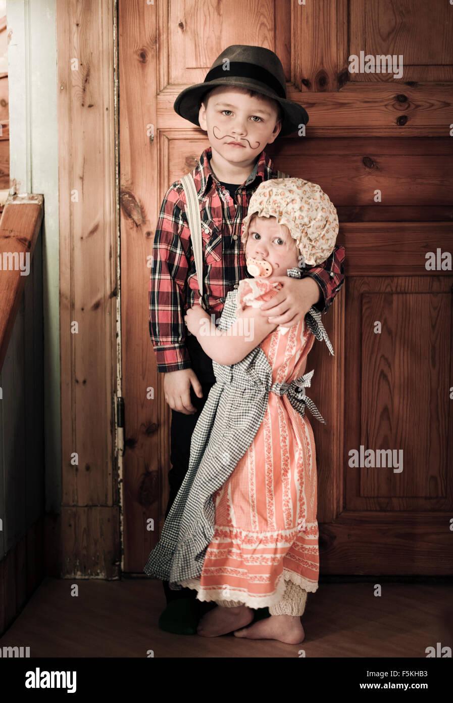 La Suède, Strangnas, Sodermanland, Boy (4-5) et (2-3) à la maison en costumes Photo Stock