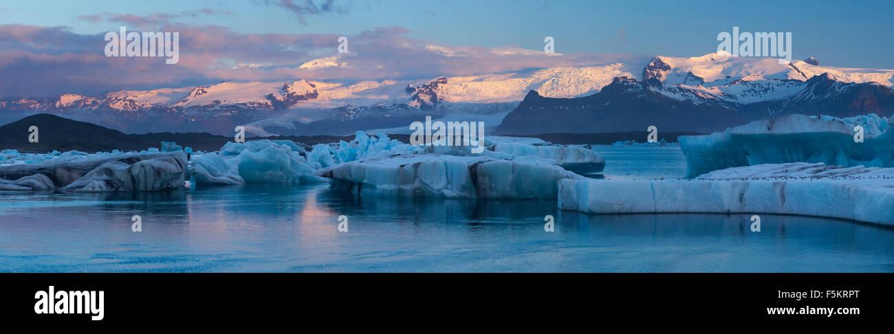 L'aube du Vatnajokull panorama glaciaire et Jokulsarlon glacial lagoon, Sudhurland, Islande. Photo Stock