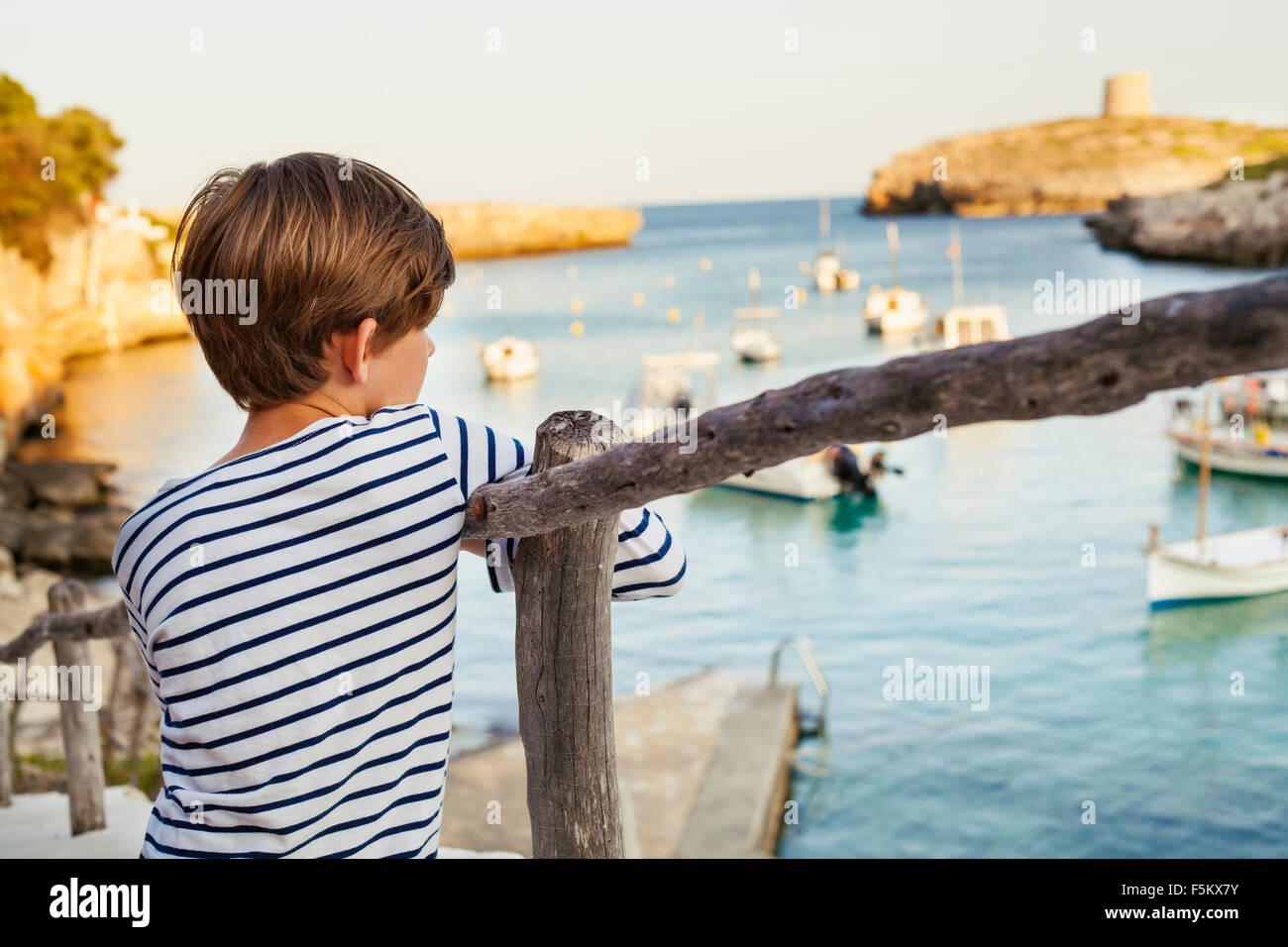 Espagne (Minorque), Boy (6-7) à la mer à voir Photo Stock