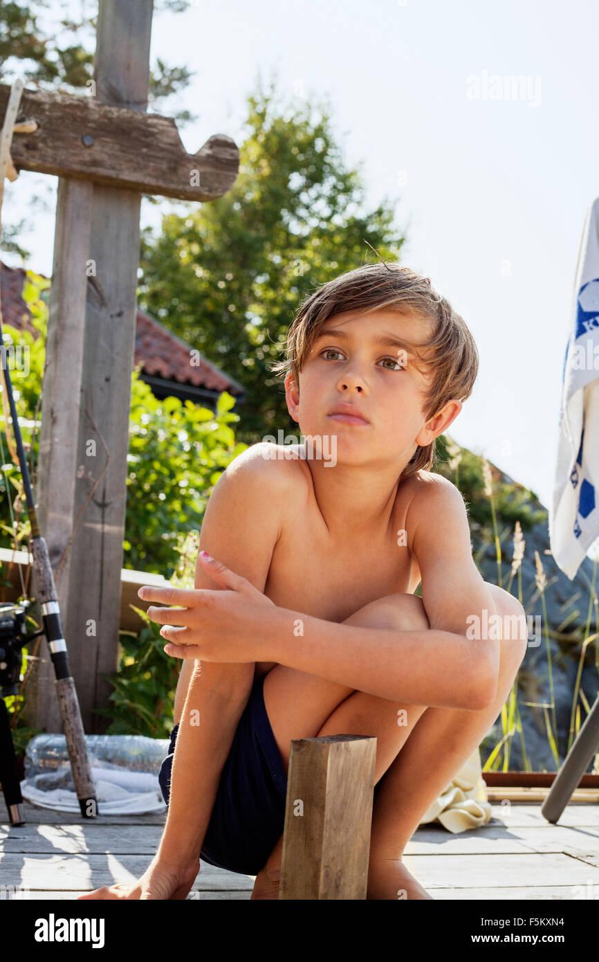 La Suède, l'Uppland, Runmaro Barrskar,, Portrait de garçon (6-7) à l'été Photo Stock