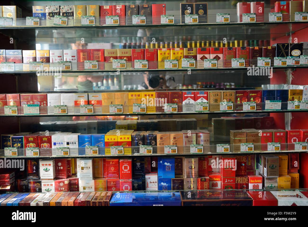 Une variété de cigarettes dans un magasin à Yinchuan, Ningxia, Chine. Banque D'Images