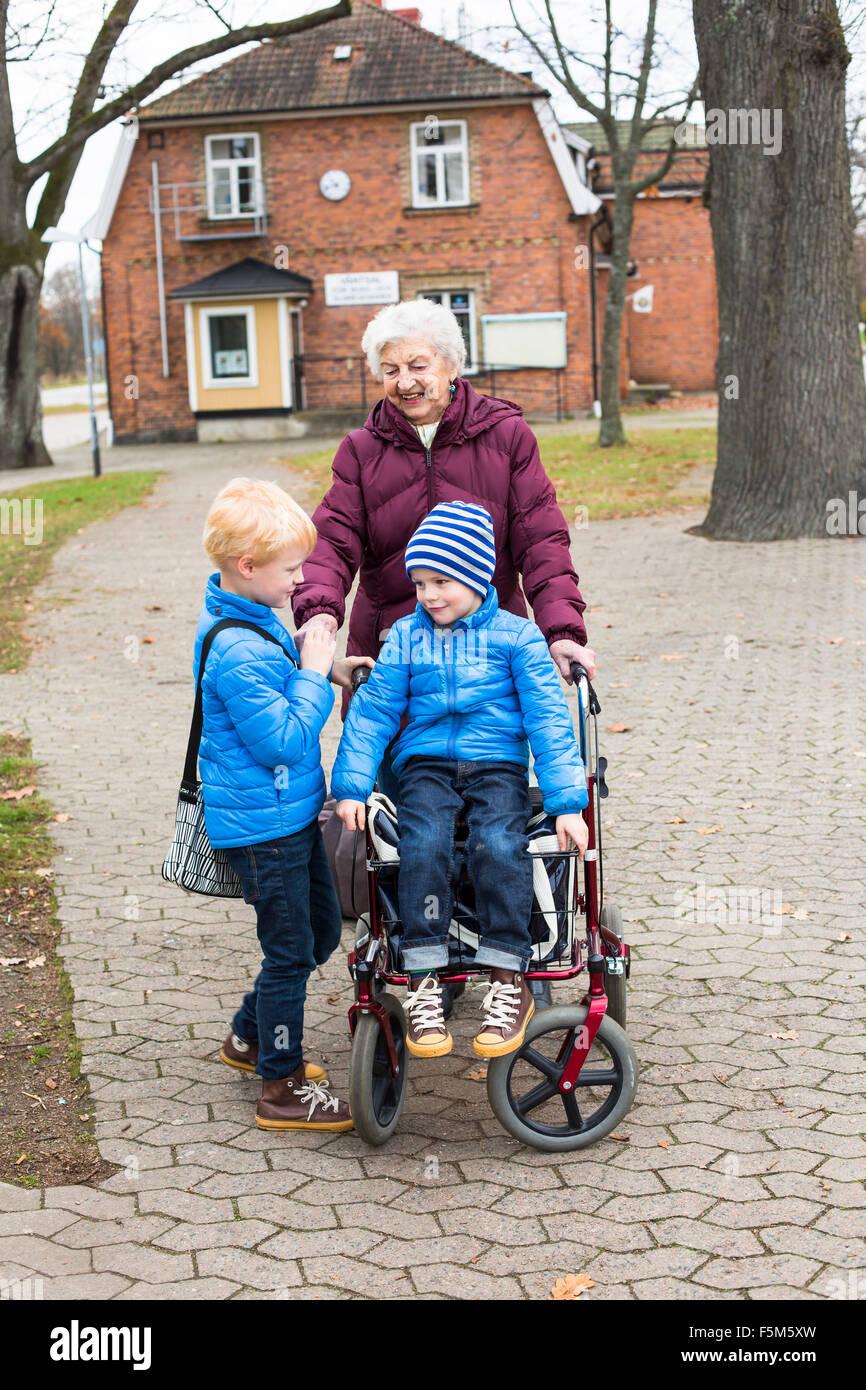La Suède, Smaland, Templin, arrière grand-mère et les enfants Photo Stock