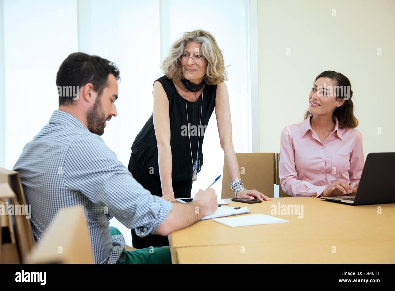 Brainstorming trois concepteurs à table de conférence Photo Stock