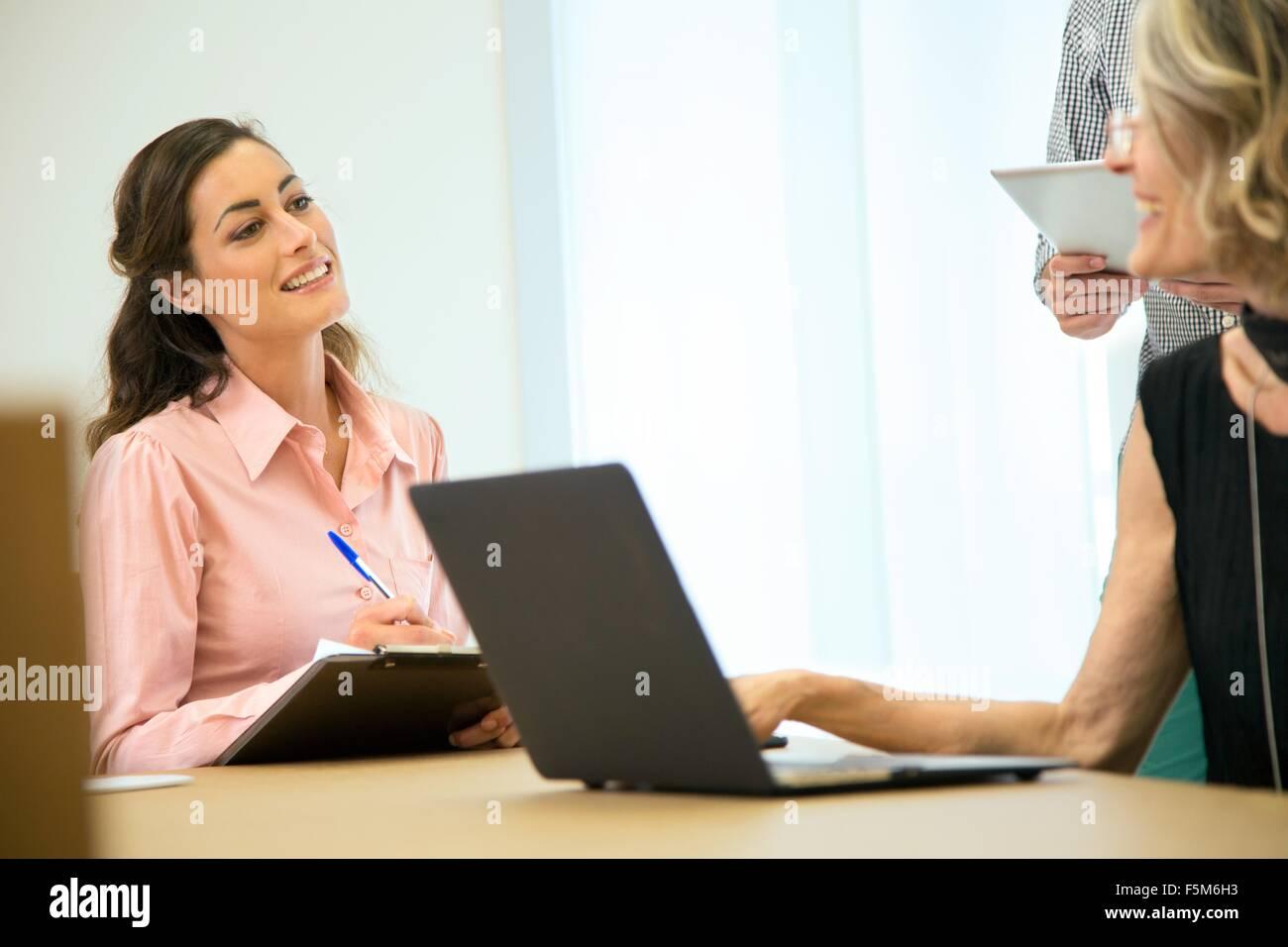 Réflexion de l'équipe Entreprises à table de conférence Photo Stock