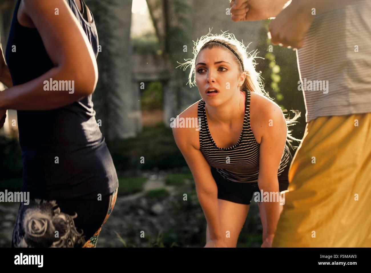 Les coureurs passé en courant jogger prendre pause, Arroyo Seco, Pasadena, Californie, USA Photo Stock