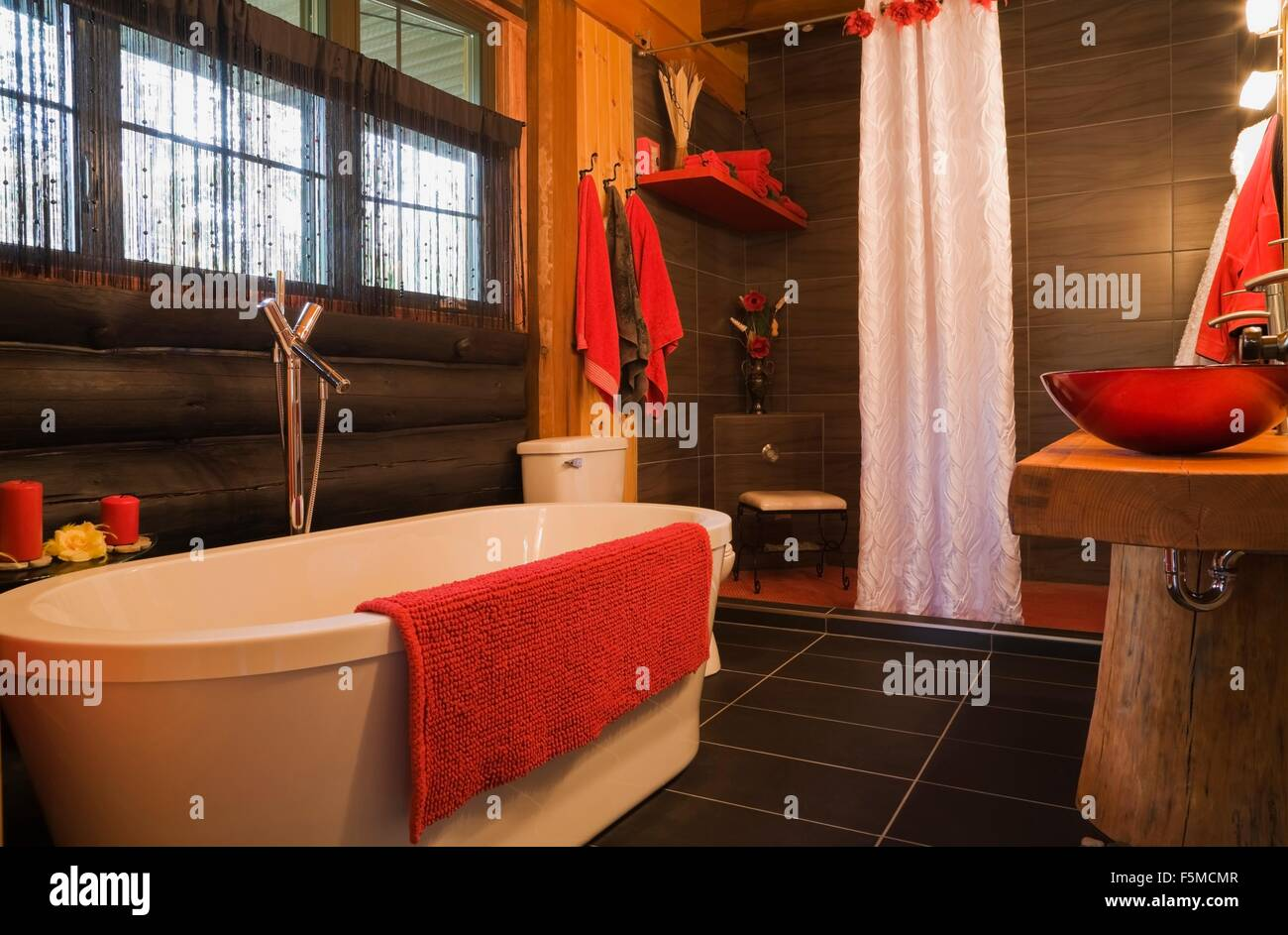Salle de bains moderne en log cabin, accessoires rouge ...