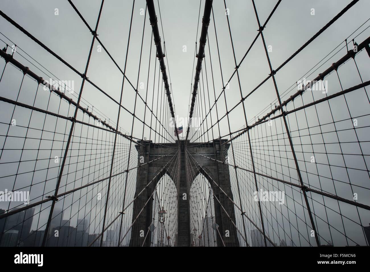Low angle view of symétrie Pont de Brooklyn, New York, USA Photo Stock