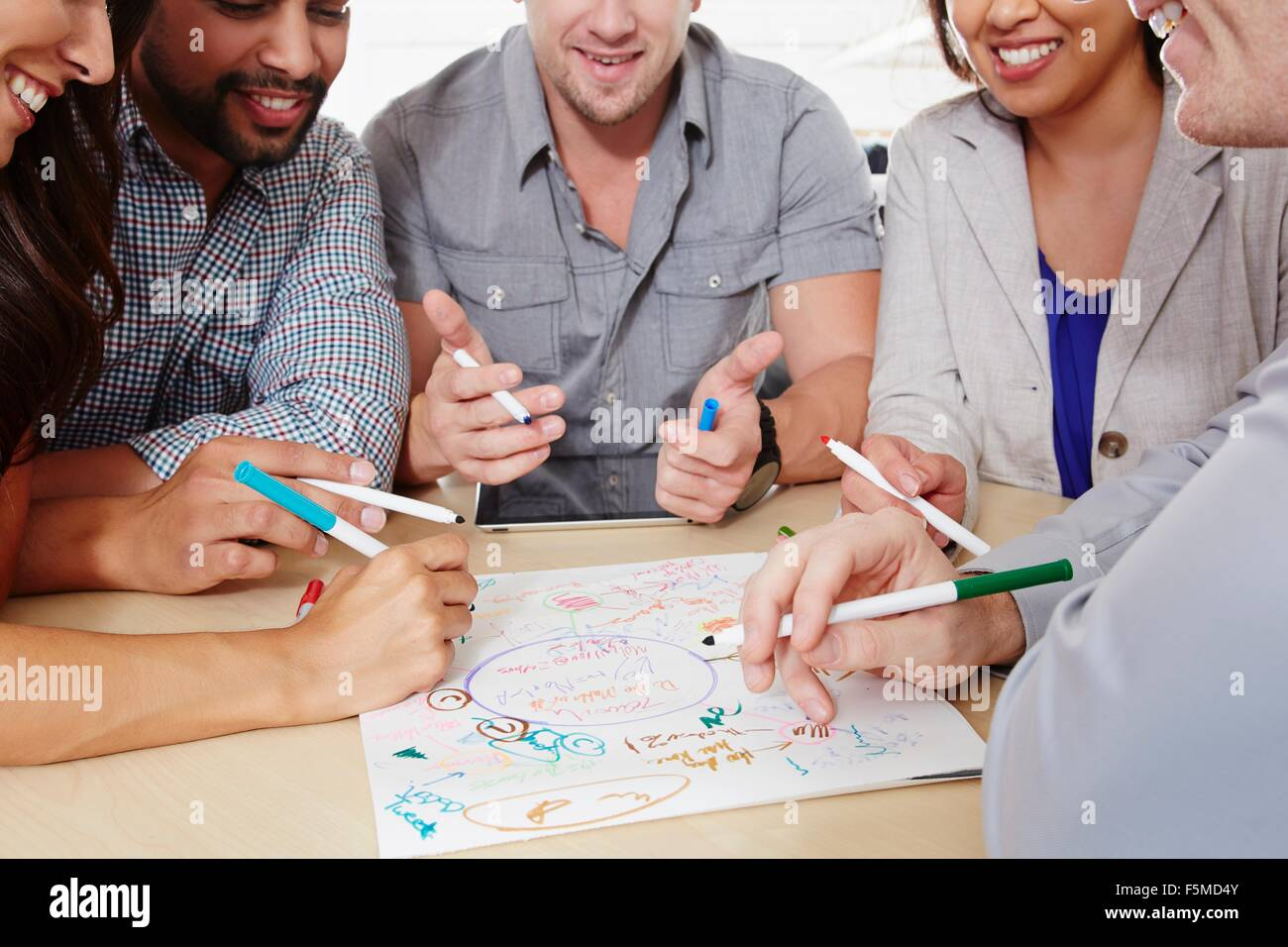 Petit groupe de personnes ayant une réunion d'affaires de brainstorming Photo Stock