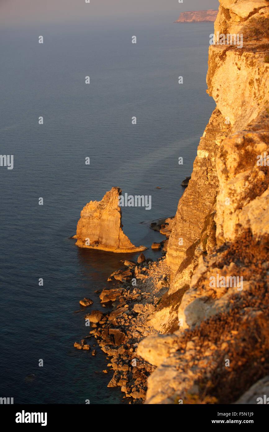 Falaise abrupte et les roches conformation de l'île de Lampedusa, en Sicile, Italie Photo Stock