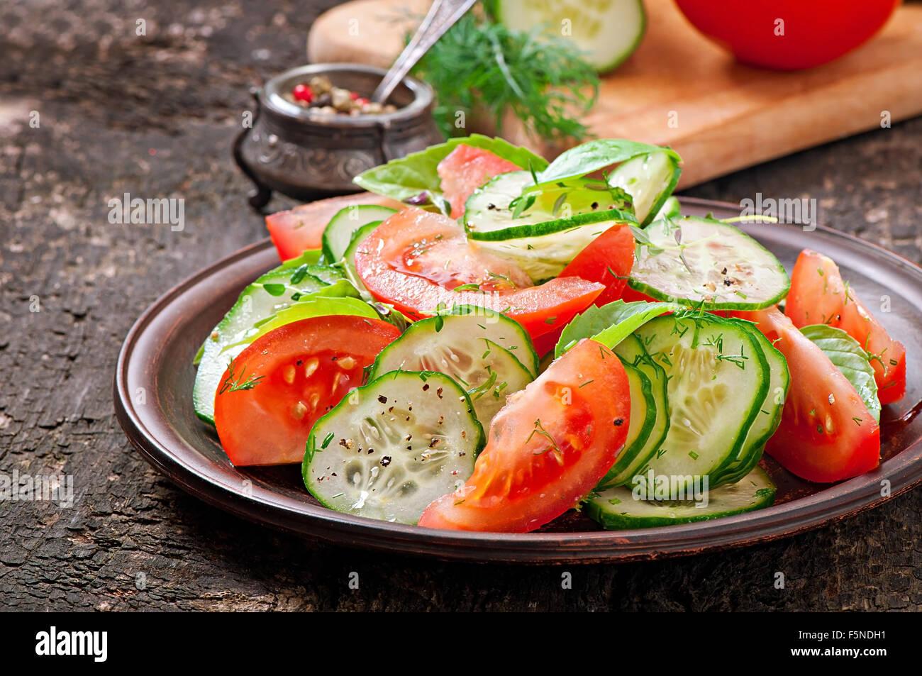 Salade de tomates et concombres au poivre noir et au basilic Photo Stock