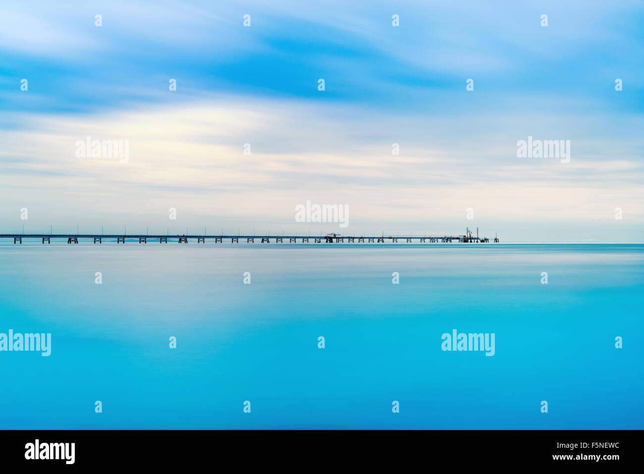 Sur le quai industriel horizon de mer. Photos à longue exposition dans un jour nuageux. Photo Stock