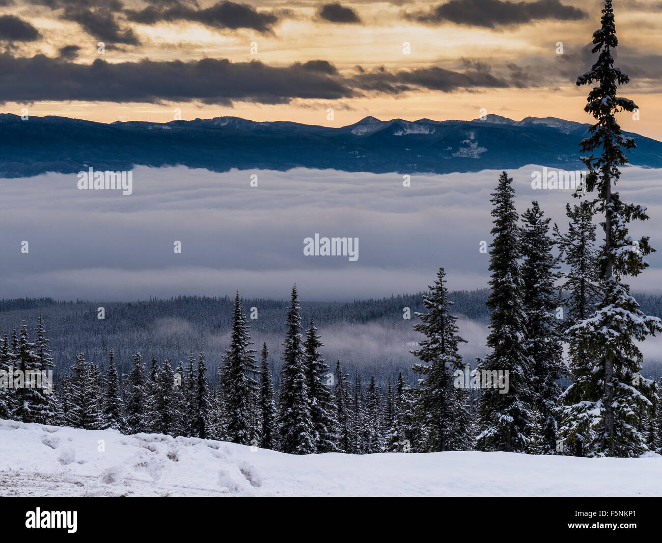 Les nuages et les montagnes, Big White Ski Resort, Colombie-Britannique, Canada. Photo Stock