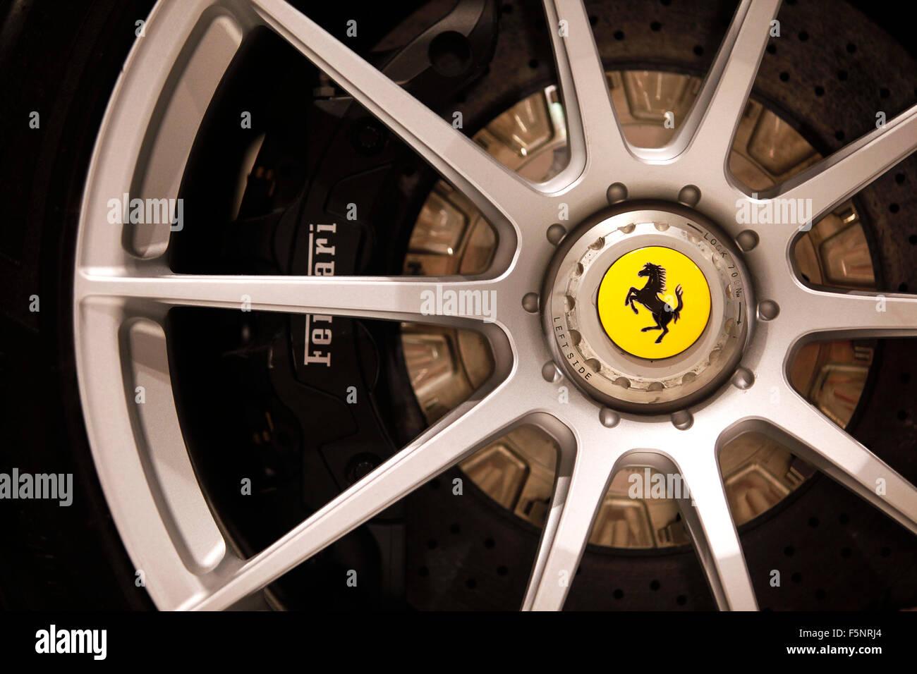 Détail de roues en alliage d'une Ferrari FXXK (2014) au Musée Ferrari à Maranello, Italie. Photo Stock