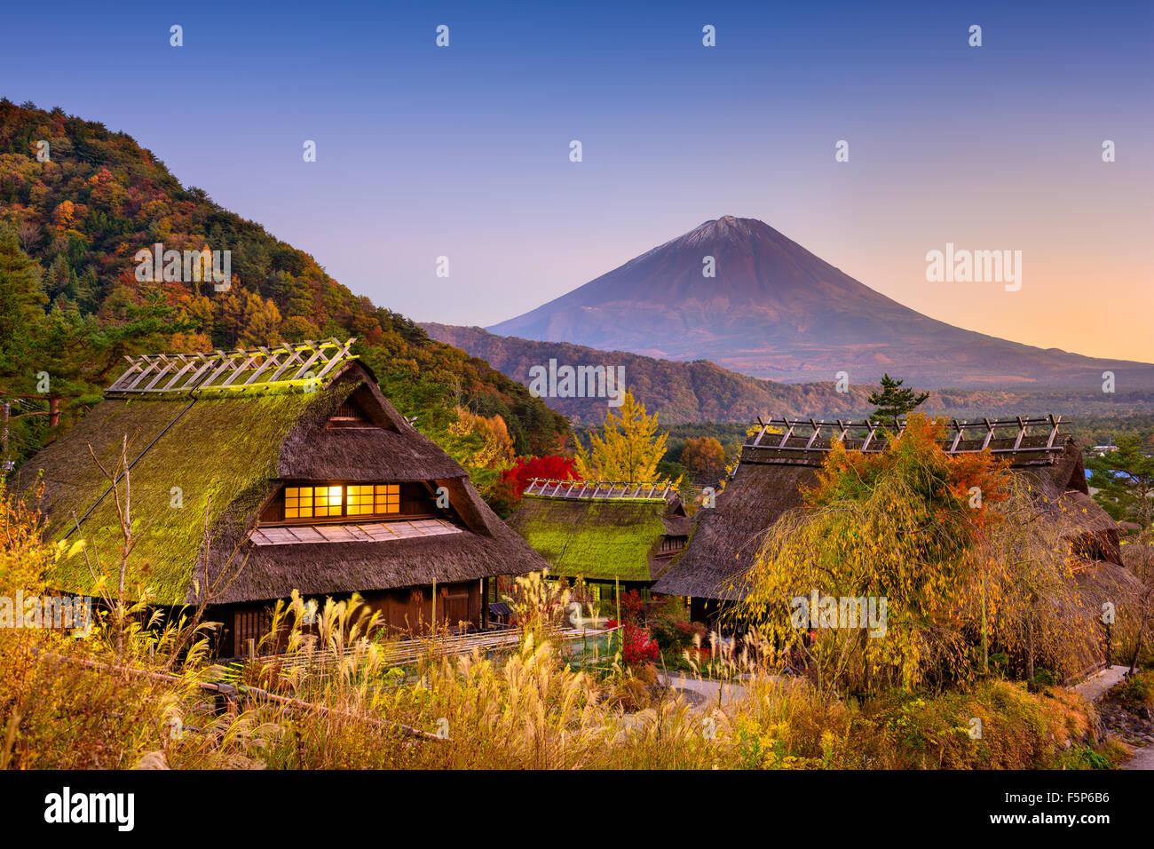 Le Mont Fuji, Japon vue d'un village historique. Photo Stock