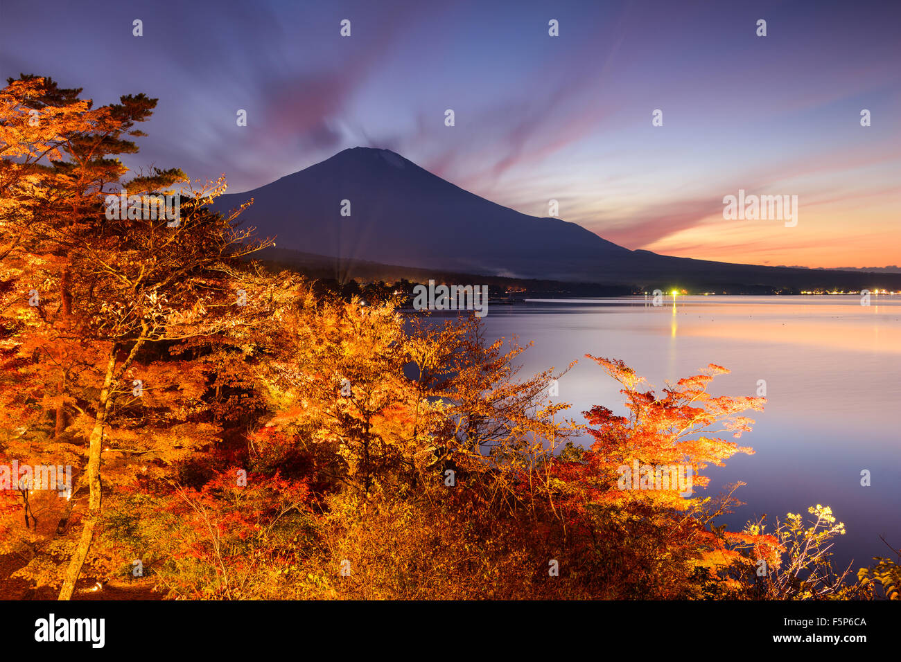 La montagne Fuji, au Japon, du lac Yamanaka en automne. Photo Stock