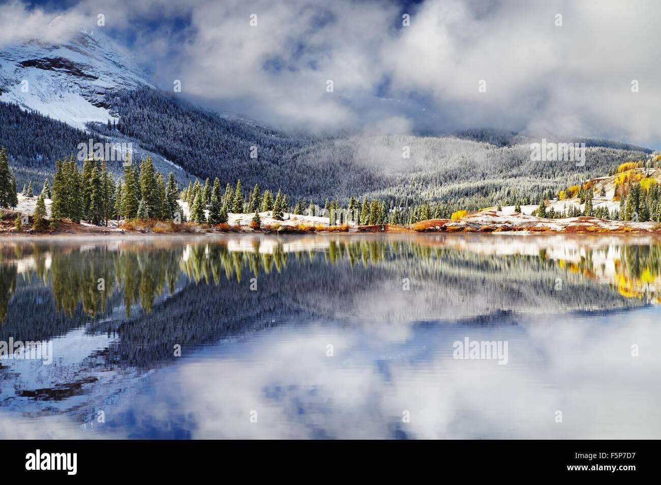 Lac de montagne après la tempête de neige. Molas Lake San Juan, Montagnes, Colorado, USA Photo Stock
