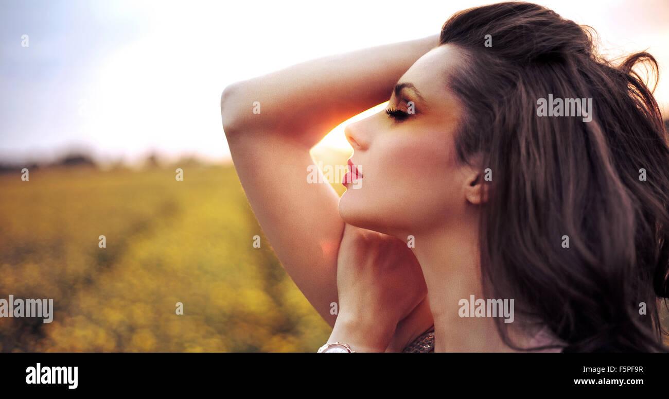 Adorable femme reposant sur le champ de céréales Photo Stock