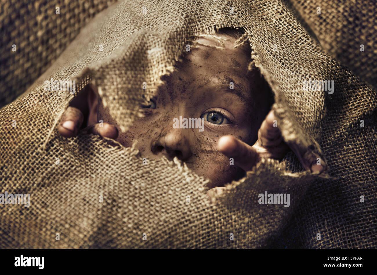 Peu de sans-abri enfant portant un sac Photo Stock