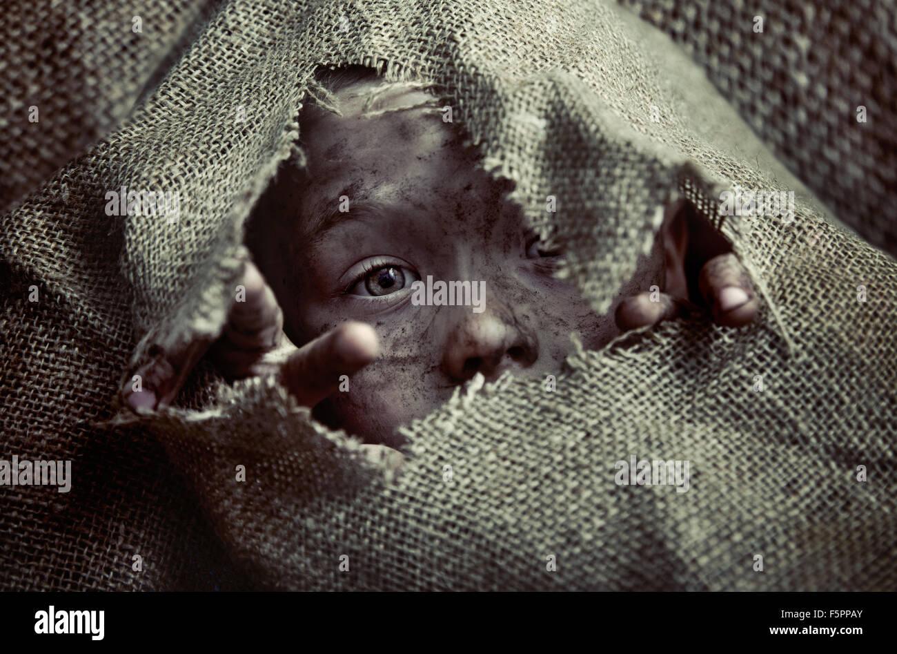 Portrait d'un pauvre garçon sale gosse Photo Stock