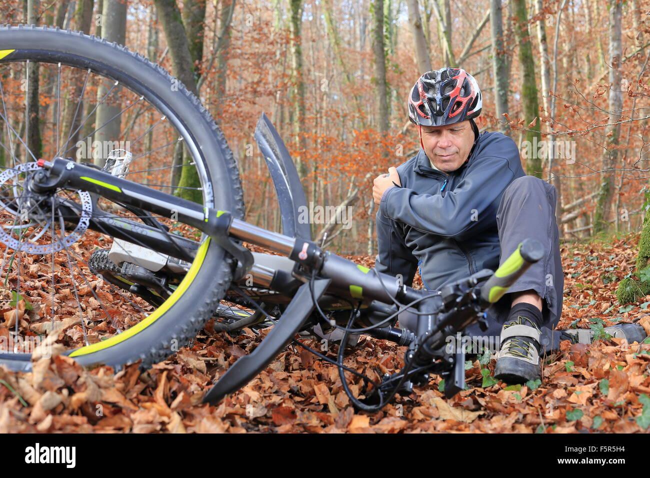Après un accident de vélo avec blessure à l'épaule Photo Stock