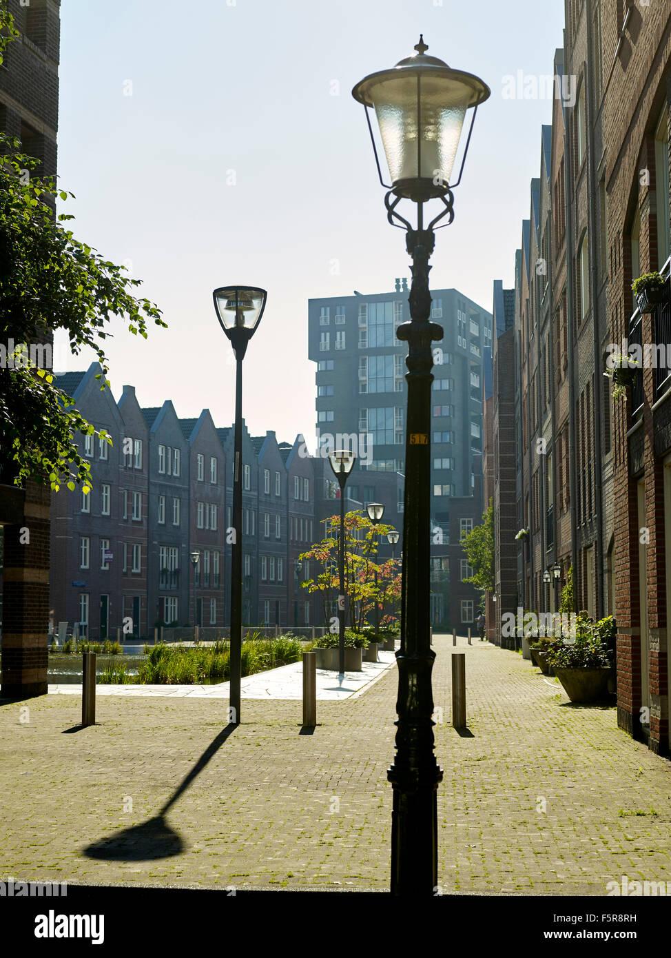 Place publique entourée d'appartements et des candélabres près du centre de La Haye, Pays-Bas Photo Stock