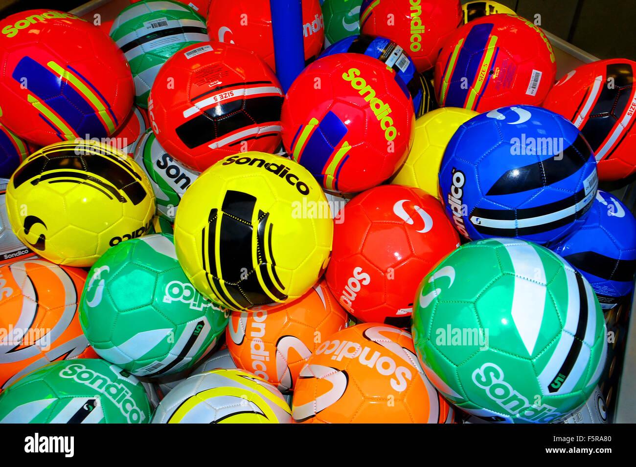 Ballons multicolores, rouge, vert, bleu, jaune, orange Banque D'Images