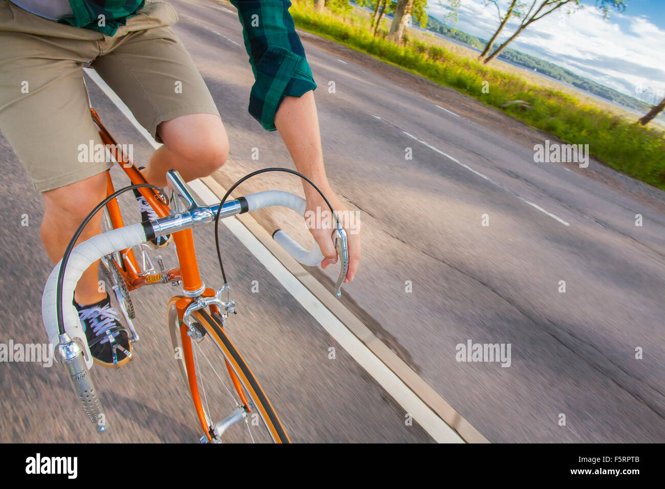 La Suède, Vastergotland, Lerum, Man cycling Photo Stock