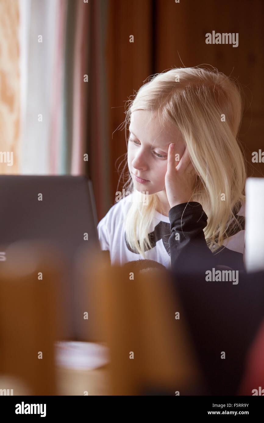 La Suède, Girl (8-9) à l'écran de l'ordinateur au Photo Stock